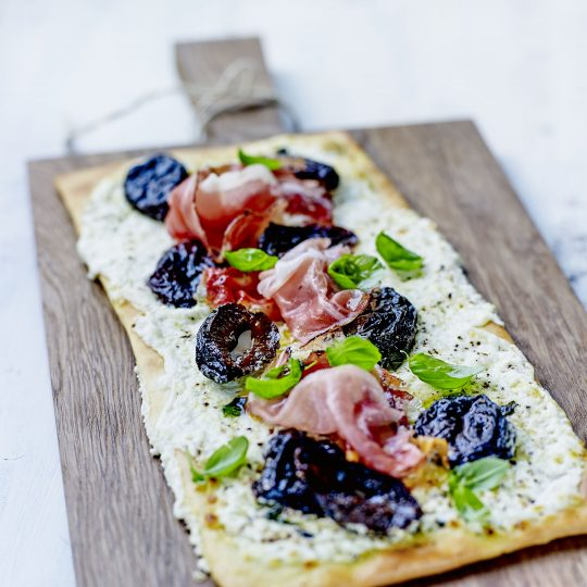 Photo de la recette <span>Speck, fresh goat's cheese, IGP (Protected Geographical Indication) prunes, and fresh basil pizza</span>