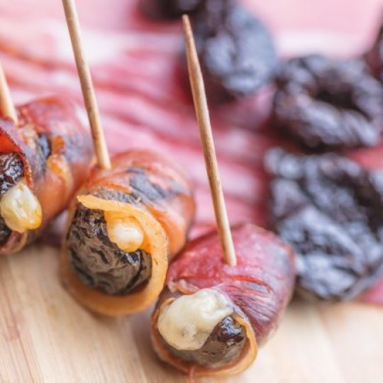 Photo de la recette <span>Prunes with bacon stuffed with goat cheese and walnuts</span>